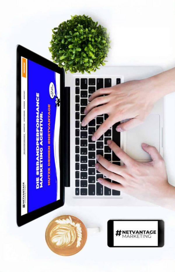 Auf Laptop schreibende Hände